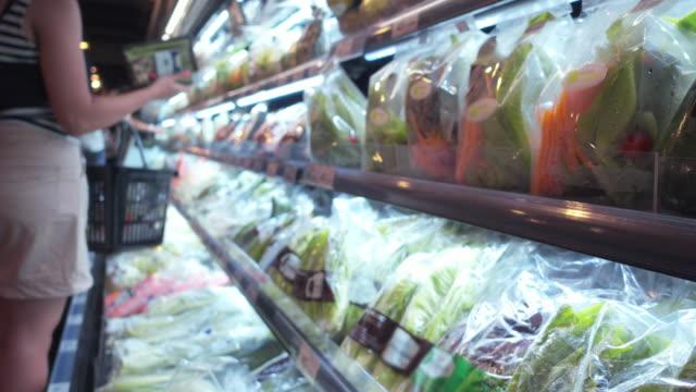 野菜のショッピング - サラダ点の映像素材/bロール