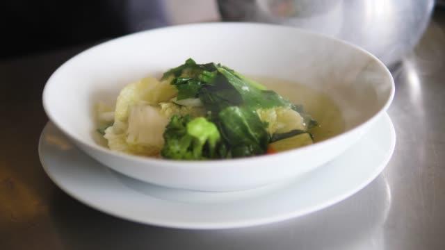 stockvideo's en b-roll-footage met groentesoep in plaat - groentesoep