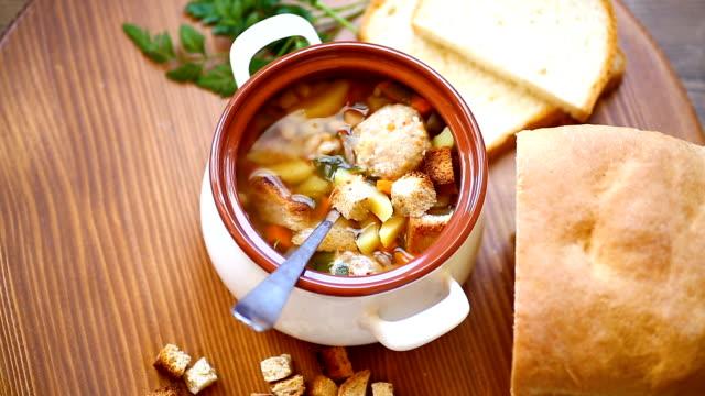 grönsakssoppa med bönor och köttbullar i en keramikskål - serveringsklar bildbanksvideor och videomaterial från bakom kulisserna