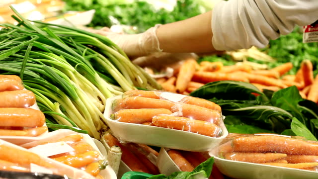 vídeos de stock, filmes e b-roll de de legumes - luvas