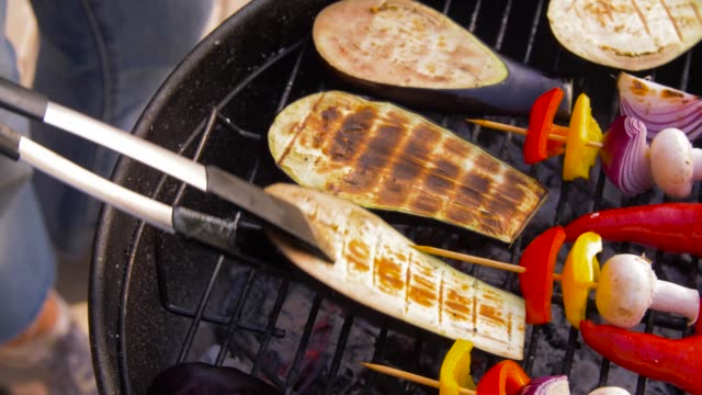 火鉢グリルで焙煎する野菜とキノコ - ベジタリアン料理点の映像素材/bロール