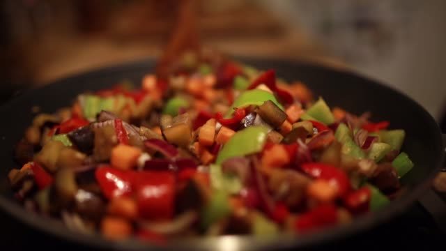 vídeos de stock, filmes e b-roll de legumes para cuscuz na panela - vegetarian meal