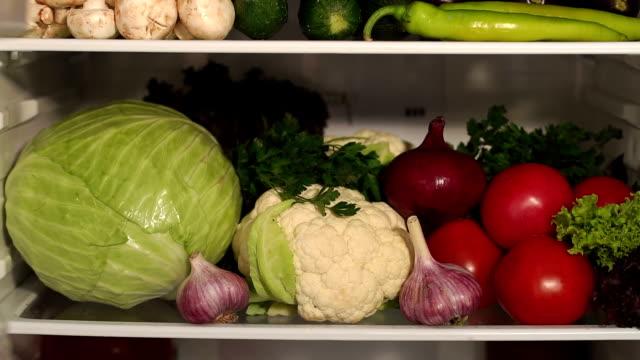 Gemüse in den Regalen der offenen Kühlschrank – Video