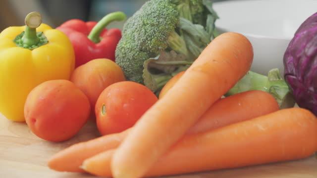 テーブルの上の野菜 ビデオ