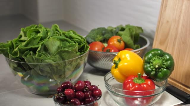 vídeos y material grabado en eventos de stock de verduras - equilibrio
