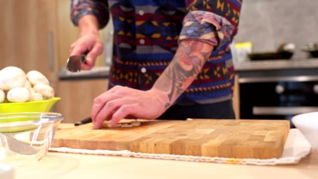 vídeos y material grabado en eventos de stock de hombre vegetariano preparando su almuerzo - cortar en trozos preparar comida