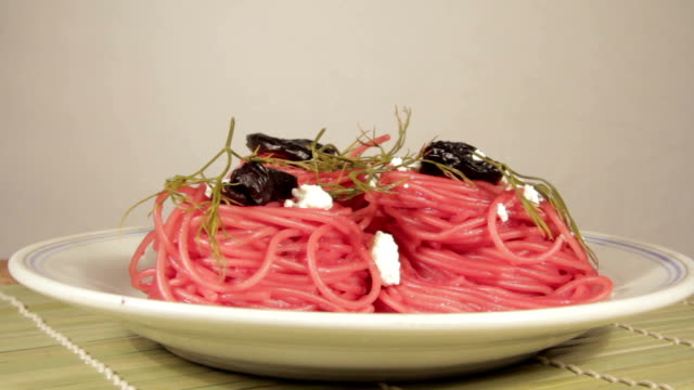 vegetarische nudeln mit rote-bete-sauce, pflaumen und käse - chenopodiacea stock-videos und b-roll-filmmaterial