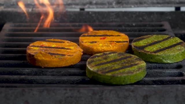 ベジタリアンステーキ。野菜、大豆、オリーブオイル、スパイスのステーキ。毎日の健康的な食べ物。グリルでダイエットベジタリアンステーキを調理。 - ベジタリアン料理点の映像素材/bロール