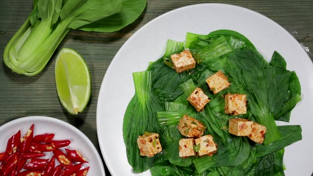 vídeos y material grabado en eventos de stock de tofu vegetariana con pak choi - pak choy