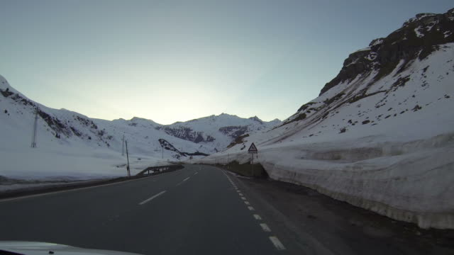 veicolo pov guida su strada di montagna innevata - passo montano video stock e b–roll
