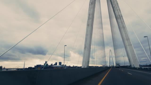미시시피 강 횡단을 가로지르는 차량 관점 스탠 뮤지얼 재향 군인 기념 교량 (서스펜션 브리지) 세인트 루이스 근처 70 번 주간 고속도로에서 서쪽으로 여행하는 동안 극적인 폭풍우 아래 미주리 - st louis 스톡 비디오 및 b-롤 화면