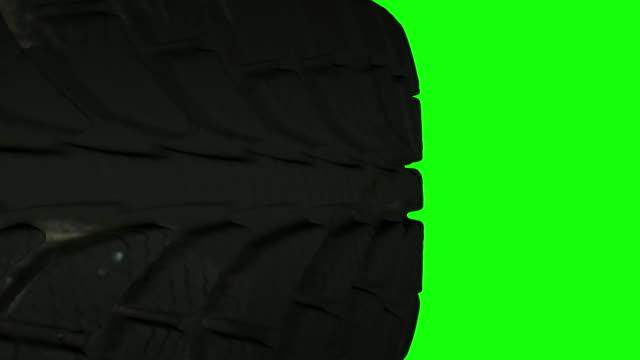 transizioni pneumatici veicolo. livello alfa incluso. puoi usarlo come una moto, un'auto o altre transizioni di pneumatici del veicolo. video stock - truck tire video stock e b–roll