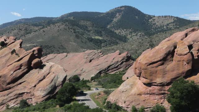 veicoli e bicyclist in red rocks state park, in colorado - red rock video stock e b–roll