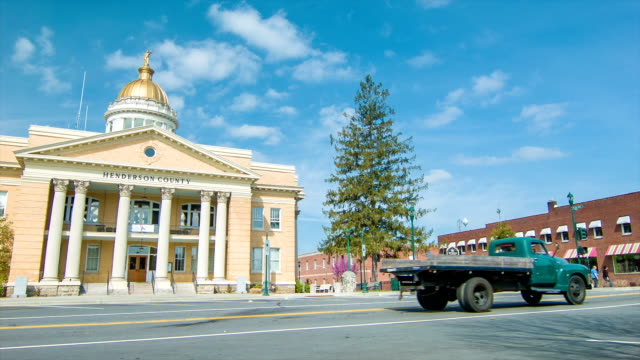 veicoli infront henderson county courthouse in hendersonville, nc - sud est video stock e b–roll