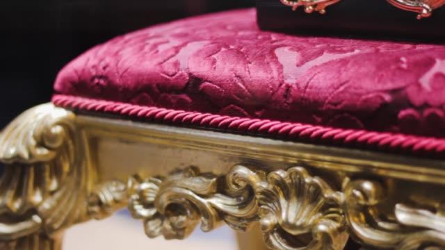 sedia in velluto con oro per una cerimonia di nozze reale. imperatore interno lussuoso - barocco video stock e b–roll