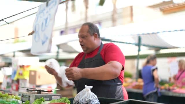 meyve pazara satıcıda - pazarcı stok videoları ve detay görüntü çekimi