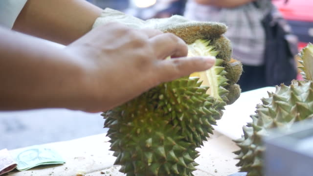 stockvideo's en b-roll-footage met leverancier peeling durian - tropisch fruit