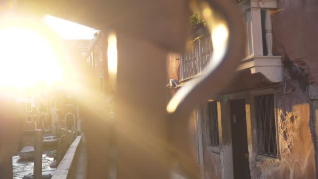 venice alley with beautiful light at sunset - ostrość na pierwszy plan filmów i materiałów b-roll