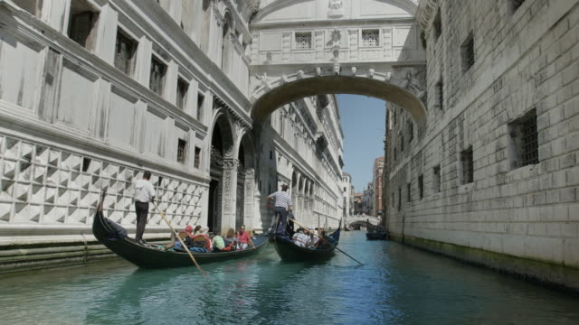 venezia, ponte dei sospiri - canale video stock e b–roll