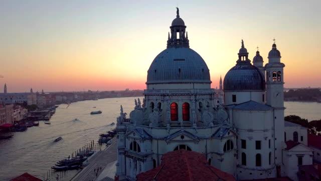 vídeos de stock e filmes b-roll de venice , italy, aerial view of santa maria della salute - lago maggiore