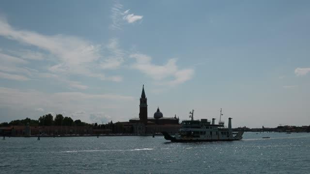 vídeos de stock e filmes b-roll de venice, italy - historic buildings between the canals of the lagoon city - embarcação comercial