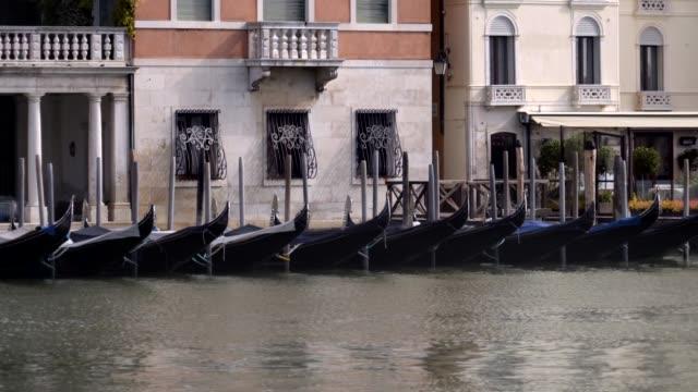 vídeos de stock e filmes b-roll de venice, italy. traditional gondolas on canal grande - embarcação comercial