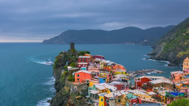 vernazza village and stunning sunsey, cinque terre, italy europe - средиземноморская культура стоковые видео и кадры b-roll