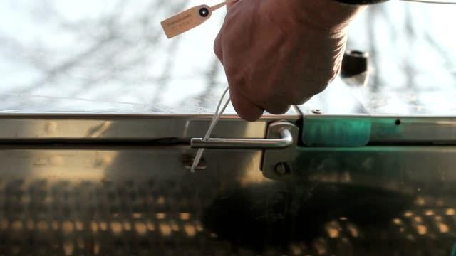 vídeos y material grabado en eventos de stock de verplomben - pinzas utensilio para servir