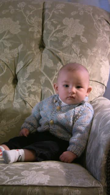 ragazzo verticale - solo neonati maschi video stock e b–roll