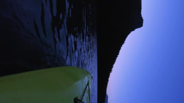 日没後のマウンテンレイクカヤックの垂直POV自然ショット ビデオ