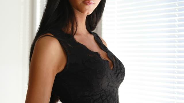 vertikale pfanne eines langen schwarzhaarigen modells - schwarzes haar stock-videos und b-roll-filmmaterial