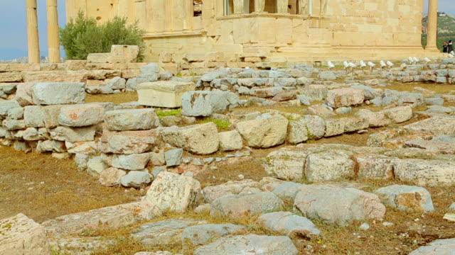 vídeos de stock, filmes e b-roll de vertical foto de um antigo templo grego com colunas de mármore - cultura grega