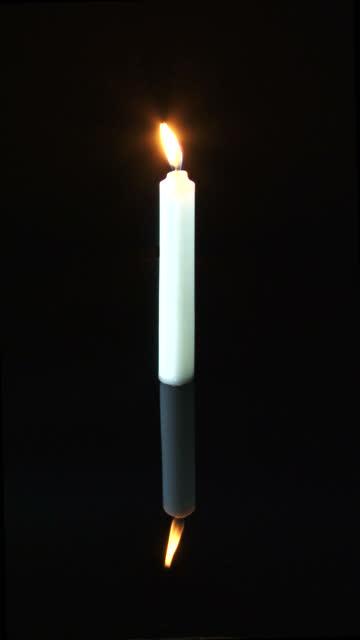 verticale candela bianca video hd - posizione corretta video stock e b–roll