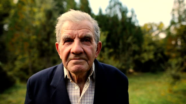 vidéos et rushes de très vieil homme portrait d'émotions. en regardant les camera.aged, les personnes âgée senior. - grand père