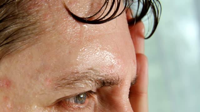 mycket svettningar ansikte mannen - svett bildbanksvideor och videomaterial från bakom kulisserna