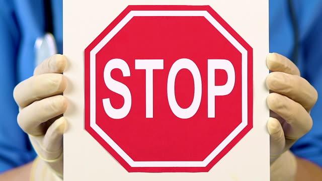 vídeos y material grabado en eventos de stock de enfermera veterinaria con señal de stop, que para evitar los experimentos en animales - stop sign