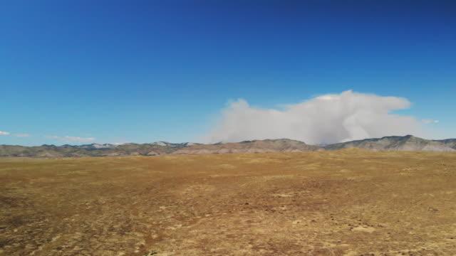 lebendige majestic mountains und cloudscapes colorado bookcliff mountains mit luftbild von forest fire smoke 4k video - hochplateau stock-videos und b-roll-filmmaterial