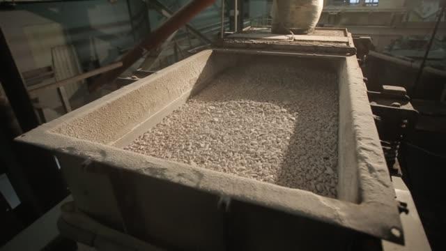 ほこりの光工場で顆粒を並べ替えの振動容量 - セメント点の映像素材/bロール