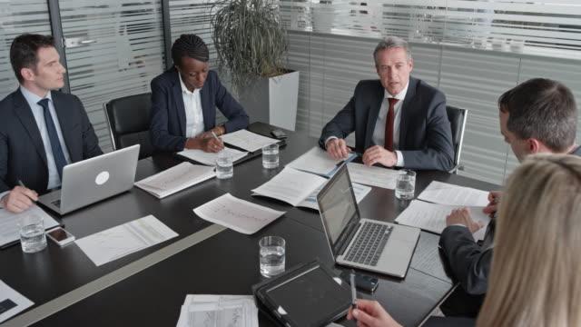 vídeos y material grabado en eventos de stock de vicepresidente de la cs en una reunión con los gerentes en la sala de conferencias - zoom meeting