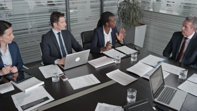 vídeos y material grabado en eventos de stock de vicepresidente de la cs en una reunión con los directores en la sala de conferencias - zoom meeting