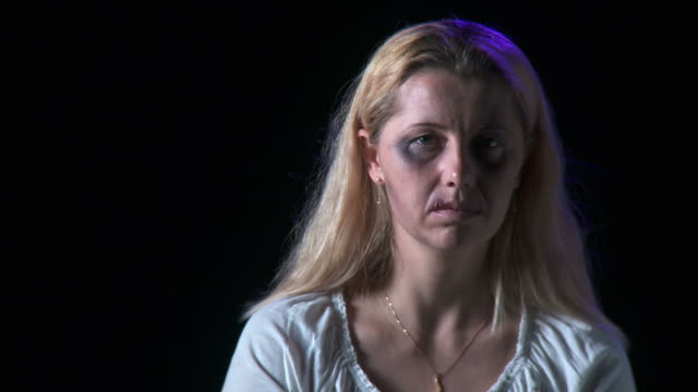 hd: opfer von gewalt in der familie - häusliche gewalt stock-videos und b-roll-filmmaterial