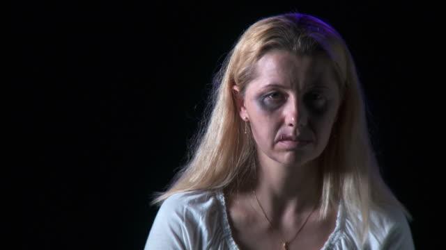hd: vittima di violenza domestica - violenza donne video stock e b–roll