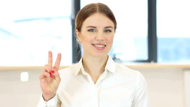 vídeos de stock e filmes b-roll de victory gesture,  woman in office - campeão desportivo