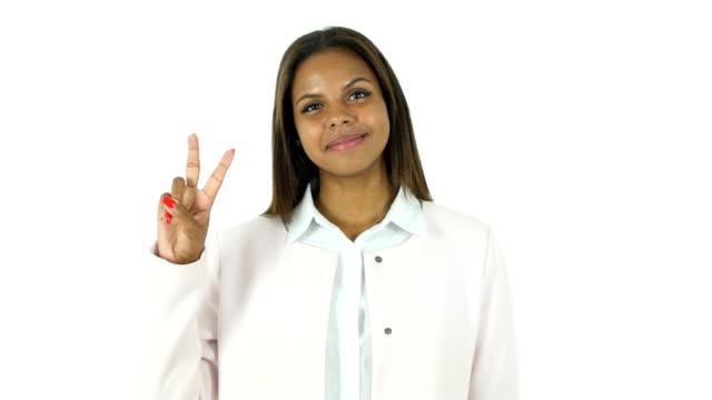 vídeos de stock, filmes e b-roll de sinal de vitória por mulher bonita afro-americana, branco fundo - campeonato esportivo