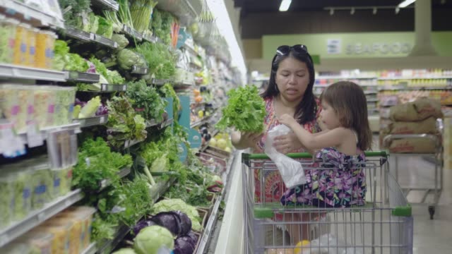 video asian mother and child shopping for groceries. - jedzenie wegetariańskie filmów i materiałów b-roll