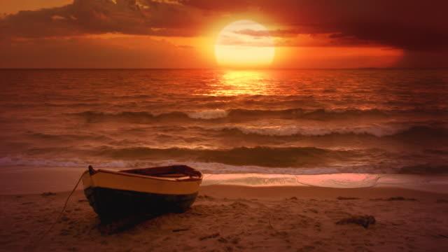 Hintergrund Video.  Einsam Boot und wunderschöner Sonnenuntergang am Meer – Video