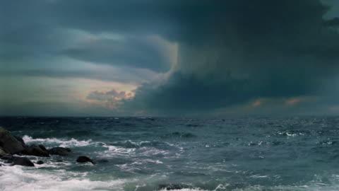 vídeos de stock e filmes b-roll de vídeo de fundo. supercélula trovoada, mar tempestade com relâmpagos múltiplas flashes. - mar