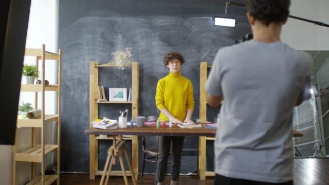video blogger and cameraman working in studio - sztuka i rzemiosło wytworzony przedmiot filmów i materiałów b-roll