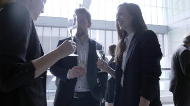 vídeos de stock, filmes e b-roll de vídeo de 4k - negócios - festa da empresa