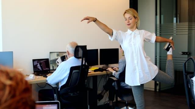 4k video - business yoga - pausa caffè video stock e b–roll